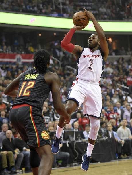 John Wall (2) de los Wizards de Washington dispara al aro sobre Taurean Prince (12) de los Hawks de Atlanta, el miércoles 19 de abril de 2017