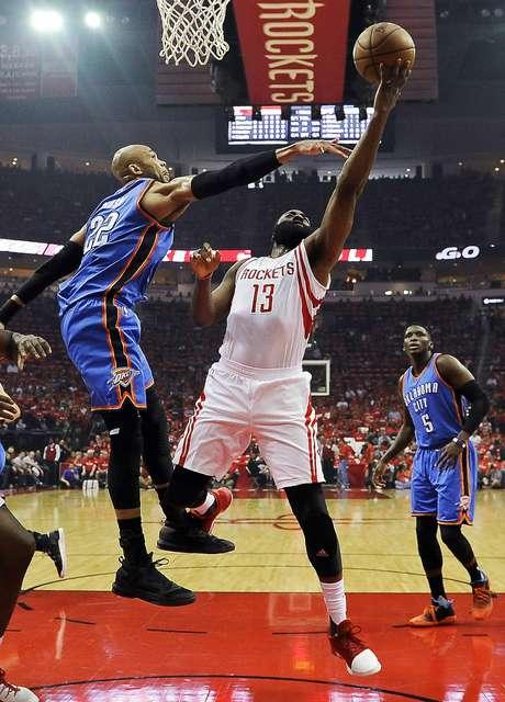 James Harden (13) de los Rockets de Houston dispara al aro sobre Taj Gibson del Thunder de Oklahoma City