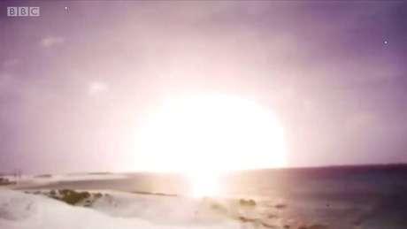 As explosões ocorreram no deserto e no mar, em plena Guerra Fria.