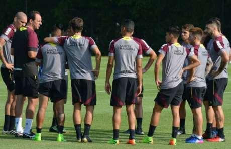 Rogério Ceni conversa com os jogadores em treino do São Paulo (Foto: Érico Leonan/saopaulofc.net)