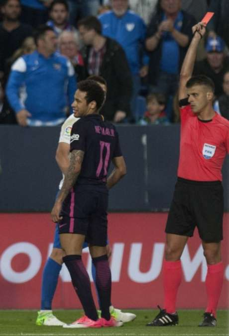 Neymar levou o cartão vermelho contra o Málaga (Foto: Jorge Guerrero / AFP)