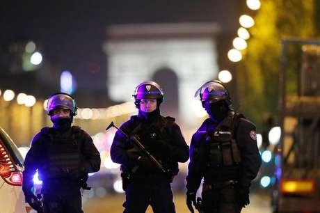 Oficiales de la Policía francesa custodian los Campos Elíseos, en París