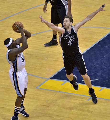 El ala-pívot de los Grizzlies de Memphis Zach Randolph, a la izquierda, lanza contra el pívot de los Spurs de San Antonio Pau Gasol (16) en la primera mitad del Juego 3 de la primera ronda de playoffs, el jueves 20 de abril de 2017 en Memphis, Tennessee