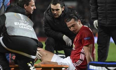 Ibra se lesionou na Liga Europa (Foto: Oli Scarff / AFP)
