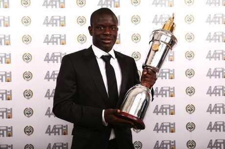 Kanté foi eleito melhor jogador da Inglaterra (Foto: Divulgação)