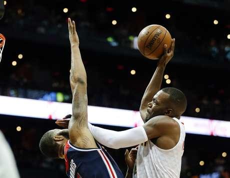 Paul Millsap, de los Hawks de Atlanta, trata de encestar frente a Markieff Morris, de los Wizards de Washington, en el duelo de playoffs realizado el sábado 22 de abril de 2017