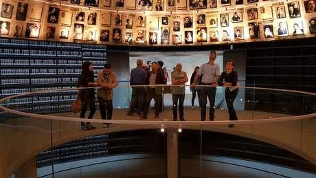 Detalhes sobre a vida de milhões de vítimas são mantidos no Salão de Nomes de Yad Vashem.