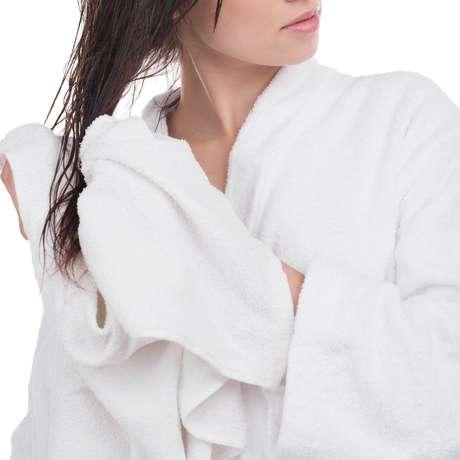 Dormir com o cabelo molhado não é o indicado, mas não precisa ser um problema na sua rotina