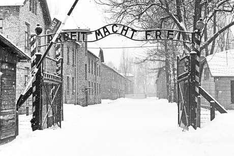 """Imagem da fachada do campo de concentração Auschwitz II Birkenau,  localizado no oeste de Cracóvia, na Polônia, diz """"Sing Arbeit macht frei"""" (O trabalho libera)"""