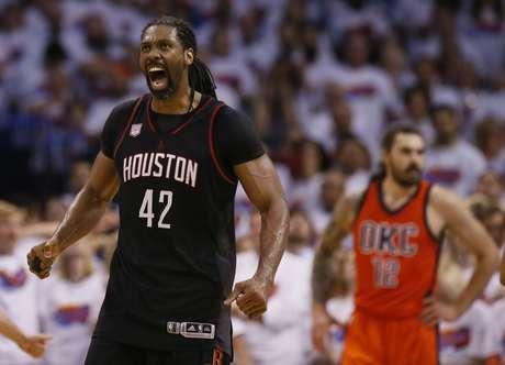 El brasileño Nené, de los Rockets de Houston, festeja luego de lograr un enceste en el cuarto partido de la serie de playoffs ante el Thunder de Oklahoma City, el domingo 23 de abril de 2017
