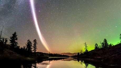 Linha violeta observada por entusiastas de auroras boreais deixou cientistas intrigados