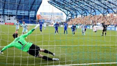 Giuliano desloca o goleiro para dar a vitória ao Zenit (Foto: Reprodução / Twitter)