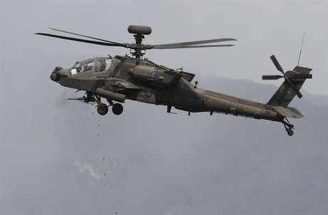 Helicóptero Apache sul-coreano participa de exercício de fogo real com os Estados Unidos