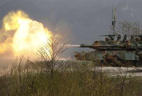 Tanque K-2 da Coreia do Sul participam de exercício de fogo real com os Estados Unidos