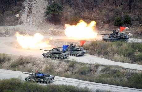 Tanques de guerra da Coreia do Sul e dos Estados Unidos participam de exercício de fogo real