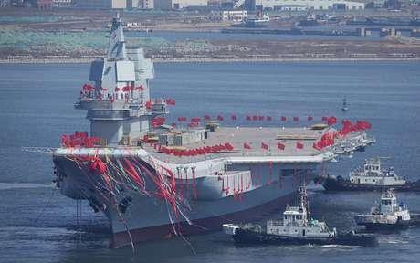China lançou ao mar hoje seu primeiro porta-aviões fabricado no país