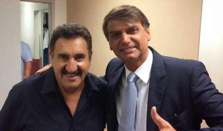 Ratinho ganha audiência e status ao entrevistar políticos polêmicos como Jair Bolsonaro.
