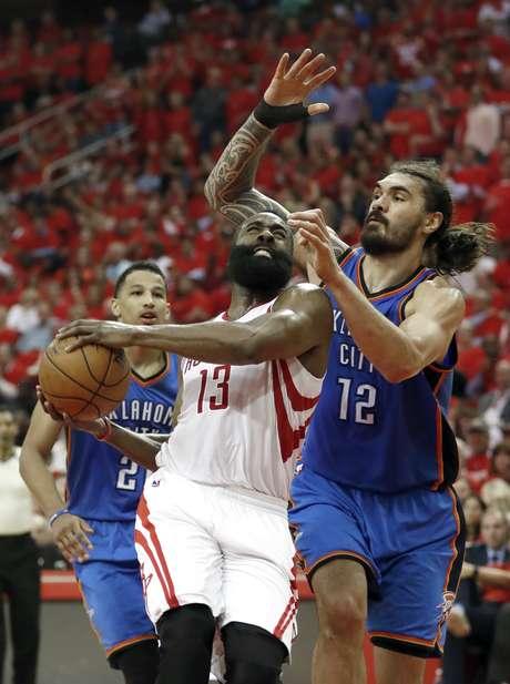 James Harden, de los Rockets de Houston, recibe una falta de Steven Adams, del Thunder de Oklahoma City, durante el encuentro de playoffs disputado el martes 25 de abril de 2017