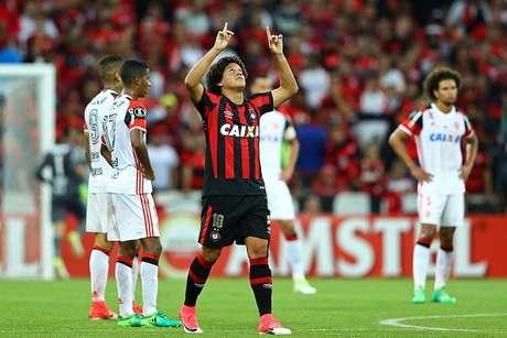 El Paranaense vence 2-1 al Flamengo y es nuevo líder