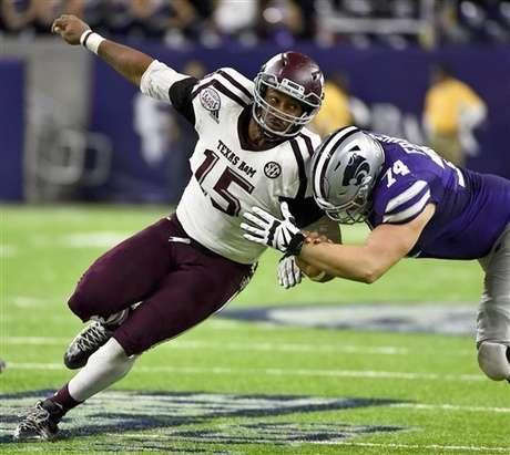Myles Garrett (15) de la Universidad Texas A&M trata de desplazar a Scott Frantz de Kansas State. Garretr fue la primera selección del draft de la NFL, por los Browns de Cleveland, el jueves 27 de abril de 2017