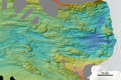 Marcas deixadas no leito marinho na região ocidental da Antártida pelo movimento do gelo para a direita