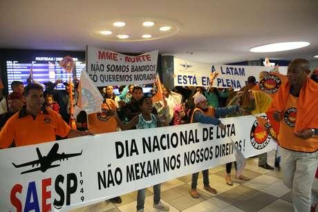 """Protesto no saguão do Aeroporto de Congonhas, Zona Sul de São Paulo (SP), na manhã desta sexta-feira (28). A manifestação não afeta o embarque e desembarque de passageiros. O ato faz parte do movimento nacional intitulado """"Greve Geral"""" contra a reforma da Previdência e reforma trabalhista."""
