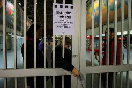 """Estação Corinthians-Itaquera do Metrô e CPTM, na Zona Leste de São Paulo (SP), amanhece fechada nesta sexta-feira (28), durante paralisação dos metroviários que aderiram movimento nacional intitulada """"Greve Geral"""" contra a reforma da Previdência e reforma trabalhista."""