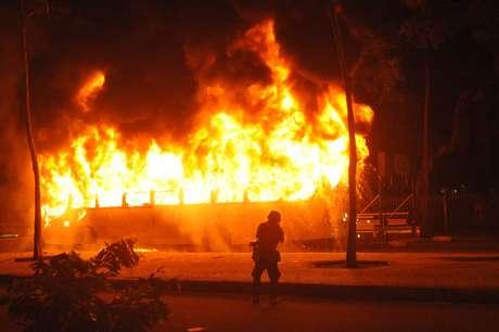 Ônibus incendiado no Rio