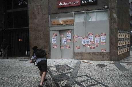 Manifestante atira pedra contra agência do Santander, no Rio