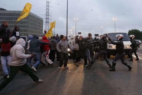 """Manifestantes realizam protesto na Marginal Tietê bloqueando entrada de ônibus no Terminal Tietê, Zona Norte de São Paulo (SP), na manhã desta sexta-feira (28). O ato faz parte do movimento nacional intitulado """"Greve Geral"""" contra a reforma da Previdência e reforma trabalhista."""