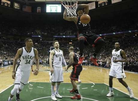DeMar DeRozan, de los Raptors de Toronto, clava el balón en el sexto partido de la serie de primera ronda de los playoffs de la NBA ante los Bucks de Milwaukee, el jueves 27 de abril de 2017, en Milwaukee