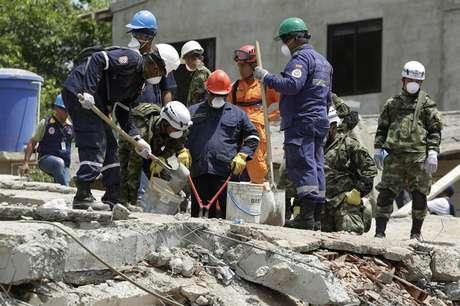 O número de feridos que já foram resgatados é 23, enquanto os 18 corpos dos operários que morreram foram retirados dos escombros, disse a prefeitura de Cartagena em comunicado.