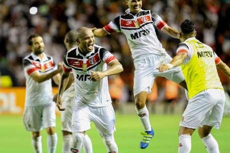 Jogadores comemoram gol de Halef Pit Bul