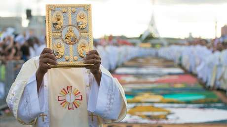 Padre celebra missa de Corpus Christi na Esplanada dos Ministérios, em Brasília; como outros trabalhos, vida sacerdotal pode provocar estresse e depressão