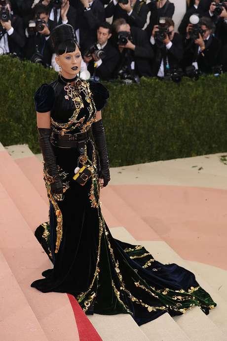 Con un traje Prada, Katy Perry se hizo notar en la Met Gala 2016.