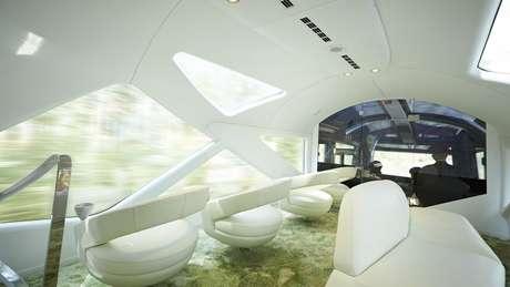 O futurístico vagão panorâmico é o local ideal para apreciar a paisagem em meio a goles de espumante
