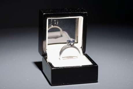 No diamante azulado há, escrita a laser, a frase 'Sou sinceramente teu'