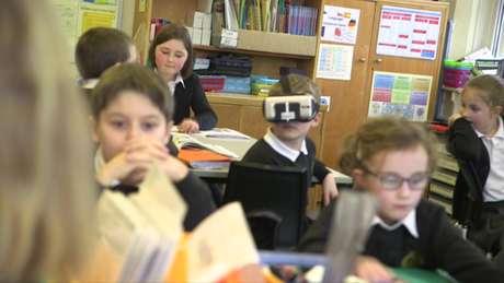 Charlie Mason, de 8 anos, começou a ter problemas de visão por causa de um mal degenerativo.