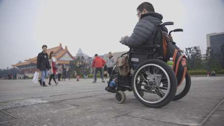 """""""Eu tive uma vida muito difícil. É por isso que, sempre que eu vejo pessoas com deficiência como eu, me solidarizo. Eu me vejo neles"""", afirma Vincent, criador da organização 'Hand Angels' ('Anjos da Mão', em tradução livre)."""