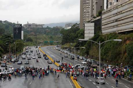 Opositores de Nicolás Maduro fecham via durante protesto após convocação de Assembleia Constituinte