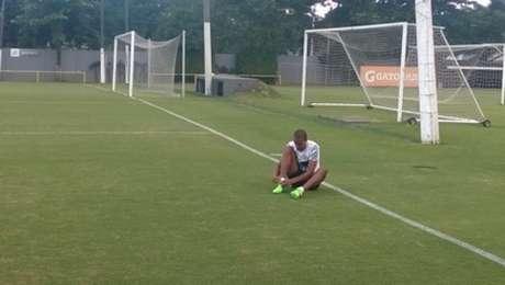 Luiz Felipe calçando as chuteiras no treino desta quarta-feira (Foto: Gabriela Brino)