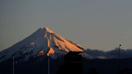 O monte Taranaki fica na costa leste da Ilha do Norte da Nova Zelândia