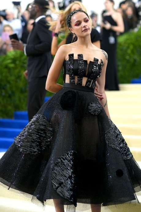 A também atriz Sasha Lane exibe seu look do MetGala