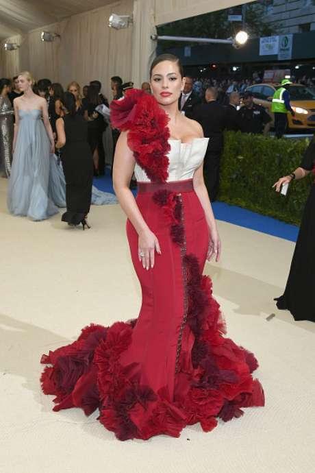 Modelo plus size Ashley Graham com seu vestido vermelho no Baile do Metropolitan Museu de Nova York