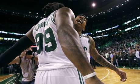 Isaiah Thomas (derecha), de los Celtics de Boston, celebra con Jae Crowder, tras la victoria sobre los Wizards de Washington en el segundo encuentro de la semifinal de la Conferencia del Este, el martes 2 de mayo de 2017