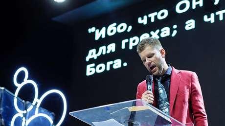 """O pastor Peresvetov, líder de organização evangélica que promete ajudar pessoas a """"rejeitar"""" sua sexualidade"""