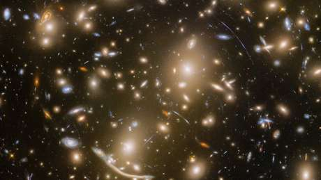 """Abell 370 deforma o espaço em volta dele, o que faz do aglomerado um """"telescópio natural"""""""