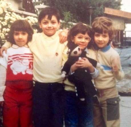 Andrea Mongiardo (no centro à esquerda), que recebeu o coração de Nicholas, em uma foto de 1987 com seus primos Marta, Valentina e Marco em Milão
