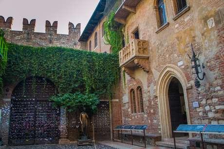 Imagem da casa de Julieta, e do famoso balcão, em Verona