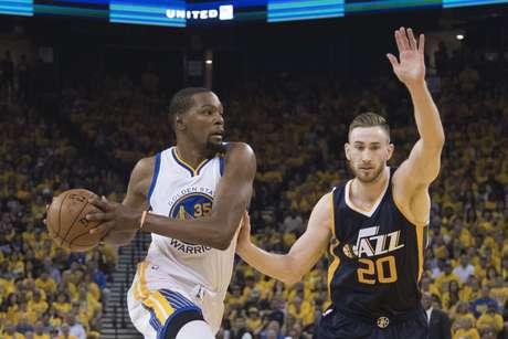 Kevin Durant (esq.) foi o cestinha dos Warriors